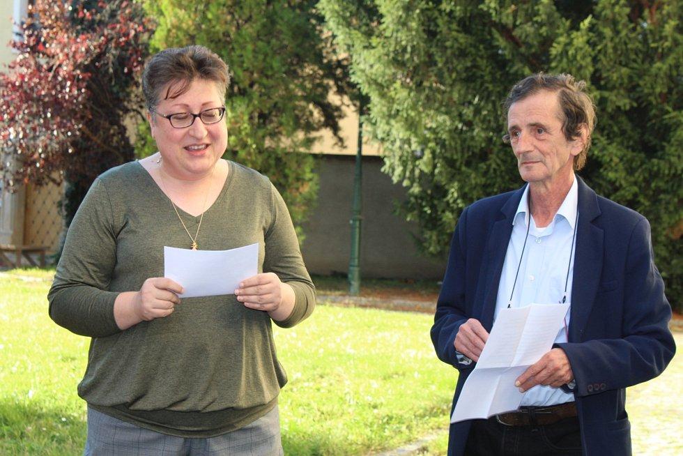 Dana Veselská, nová ředitelka Severočeské galerie výtvarného umění v Litoměřicích, a její předchůdce Jan Štíbr