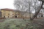 Zdevastovaný zámek, sýpka a pivovar v Doksanech předá Národní památkový ústav Úřadu pro zastupování státu ve věcech majetkových.