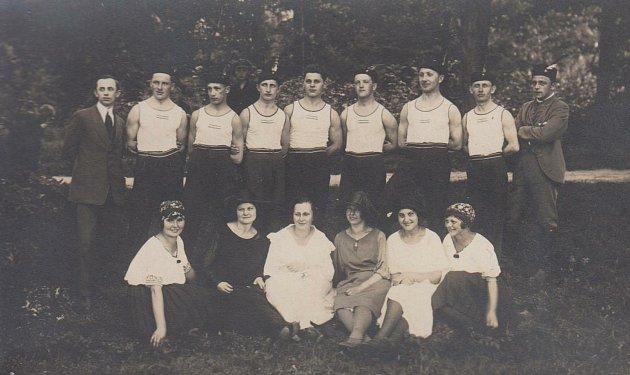 V ROCE 1923. Stránská, Kolafová, Bartová, Písaříková, Herm, Zunová, Poborská, Effler, Uhlíř, Zahořík, Lauschmann, Maděra, Matěna, Beran, Mráček.