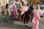 Divadelníci v kostýmech a se zvířaty rozdávali letáčky jako pozvánku na zítřejší první představení 8. divadelní benefice.