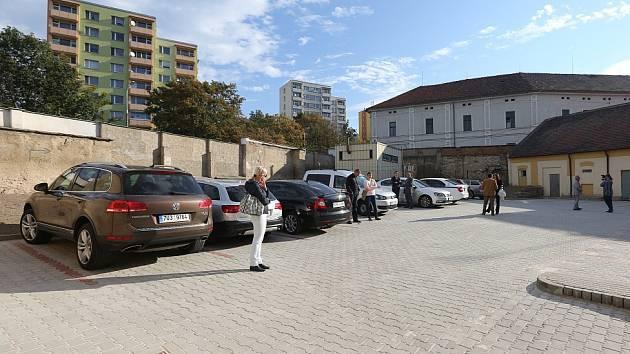 CELKEM 23 STÁNÍ nabízí nové placené parkoviště v ulici Marie Pomocné nedaleko vlakového a autobusového nádraží v Litoměřicích. Do 1. října bude fungovat ve zkušebním režimu.