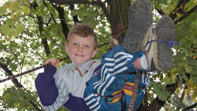 Děti, které se přišly v úterý odpoledne podívat na lovosické Odpoledne se skauty, si mohly vyzkoušet například prusíkování tak jako Michal Klemm z Lovosic.