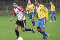 HAMŠÍK sice před atakujícím hráčem domácích míč odehrál, z postupu se však radovaly Travčice.