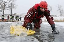 Profesionální hasiči z litoměřické hasičské stanice nacvičovali záchranu osoby, pod kterou se prolomil led.