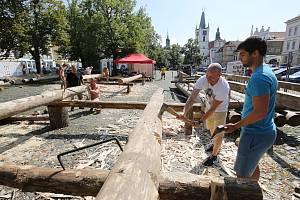 Dřevo pro Kalich opracovávají řemeslníci v Litoměřicích pod drobnohledem.