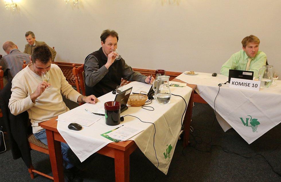 Všech 595 dodaných vzorků z osmi zemí posuzovalo v pondělí a úterý v litoměřickém hotelu Koliba 13 pětičlenných komisí odborných hodnotitelů.