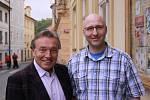 Fanoušek Jan Kubů a Karel Gott v roce 2013.