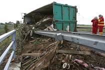 Nehoda kamionu na okružní křižovatce u Lovosic.
