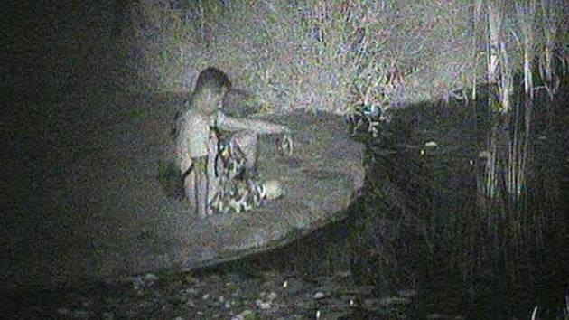 Rybařícího muže si všimli městští strážníci prostřednictvím kamerového systému v sobotu 31. července čtyřicet minut po půlnoci.