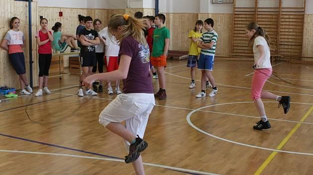 Kdysi se soutěžilo o odznaky zdatnosti, v současnosti je pro žáky 6. – 7. tříd připraven pohybový program Odznak Všestrannosti Olympijských vítězů (OVOV).