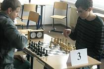 TURNAJ. Při víkendovém turnaji v Praze hráli někteří s šachovými hodinami poprvé.