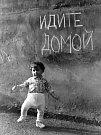 Eda Čech fotil svého syna, kterému bylo tehdy rok a půl, u nápisů v Litoměřicích