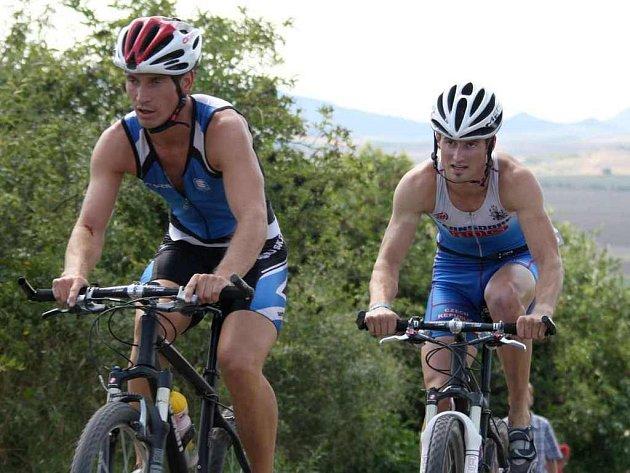 Svou pozici favoritů v poháru Xterra triatlonu potvrdili i pod Hazmburkem  závodníci z Varnsdorfu  hájící barvy TT Cyklorenova Cvikov Jan Novota (vpravo) a Pavel  Jindra
