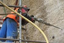 SANACE SKALNÍ STĚNY provádí pracovníci firmy lezeckou technikou, což odpovídá její strmosti a hladkosti povrchu. Pro ukotvení sítě vrtají do skály otvory soupravami ze zavěšené klece.