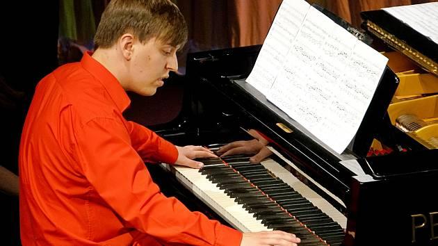 Jakub Hanč na absolventském koncertu ZUŠ v Máchově divadle.