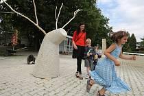 """JELEN. """"Budu tvořit v duchu minimalismu jelena v říji, jehož ozdobí dřevěný prvek,"""" prozradila před dvěma týdny akademická sochařka Alžběta Kumstátová z Litoměřic (v červeném). Včera své dílo představila veřejnosti."""