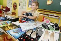 VÝBAVU do školy už má budoucí prvňáček Jiřík Cikánek. Prázdniny jsou u konce a brzy své vybavení uloží zpět do aktovky a vyrazí do školy.