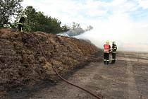 Požár hnojiště v katastru obce Lkáň na Lovosicku zaměstnal v pondělí hasiče.