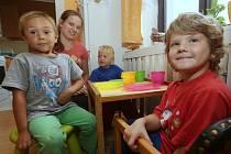 """MLADIČKÉ """"TETĚ"""" Barboře Štruplové v pondělí skončí v Klokánku první týden ve službě. V bytě má čtyři děti věkem jako po schůdcích, bratrům Honzovi a Jindrovi je 14  a šest let, sourozencům Patricii a Karlovi pět a čtyři roky."""
