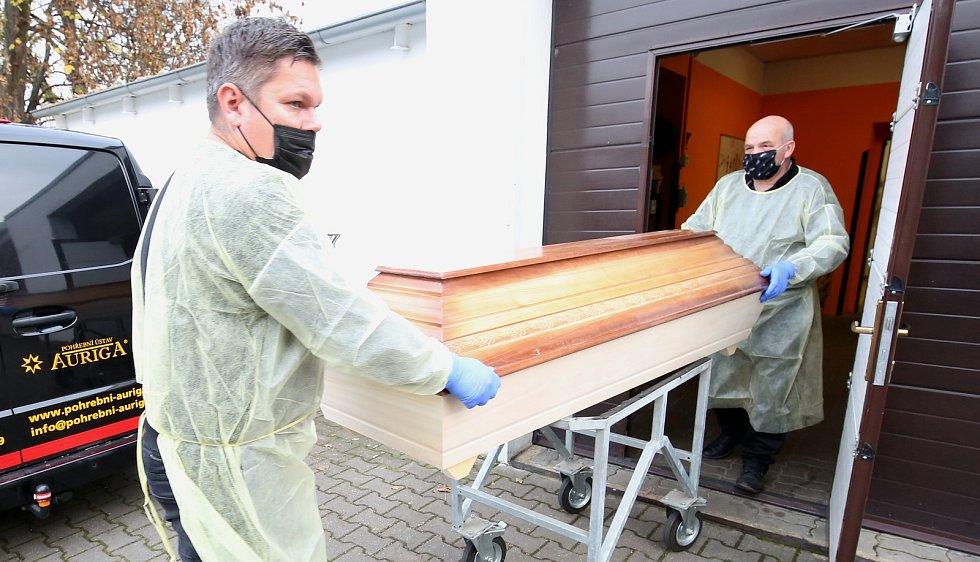 Pracovníci pohřební služby zacházejí s těly zemřelých na koronavirus stejně, jako by člověk umřel na jinou infekční nemoc. Určitě podle nich nedělají nějaké další speciální operace, kromě dezinfekce těla, a zachází s ním jako s infekčním materiálem.