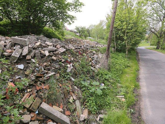 STÁLE SE HROMADÍ. Stavební suť se přímo u silnice na okraji Myštic nedaleko Ploskovic kupí už roky. Chudoslavičtí zastupitelé majitele pozemku vyzývali k úpravě už v roce 2011.
