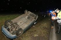 Při hrozivě vypadající nehodě u Lovosic skončily oba vozy na střeše mimo vozovku