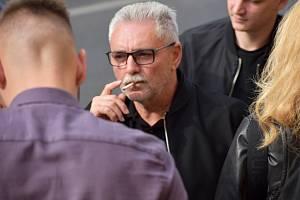 Vladislav Větrovec obklopený příznivci po rozsudku u Okresního soudu v Litoměřicích 27. září 2021.