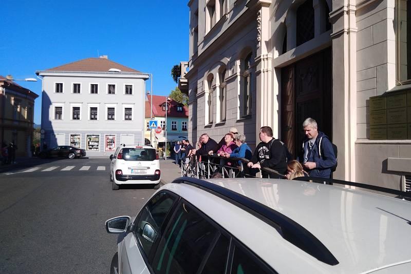 Čekání na příjezd premiéra Andreje Babiše u volební místnosti v Lovosicích