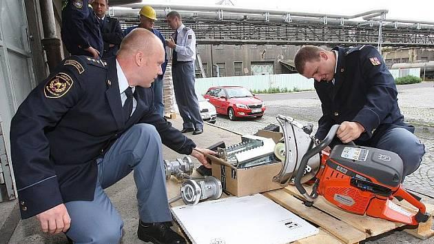 NA VÝJEZDY K AUTOHAVÁRIÍM  a požárům teď budou moci lovosičtí hasiči vyrážet s lepším vybavením. Díky daru Lovochemie obohatili své technické vybavení o důležité věci.  Další možnost získání daru mají přislíbenou od společnosti Lafarge Cement.