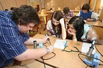 TECHNICKÉ DOVEDNOSTI si vyzkoušeli žáci Masarykovy školy v Litoměřicích. Vyráběli i jednoduchá elektronická zařízení.
