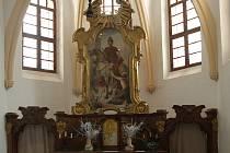 Opravený oltář kostela v Solanech