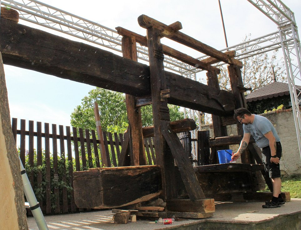 Instalace historického vinného lisu u roudnické Hlásky si vyžádala několik dní. Přivezený sem byl z jihu Čech. V Roudnici zůstane natrvalo.