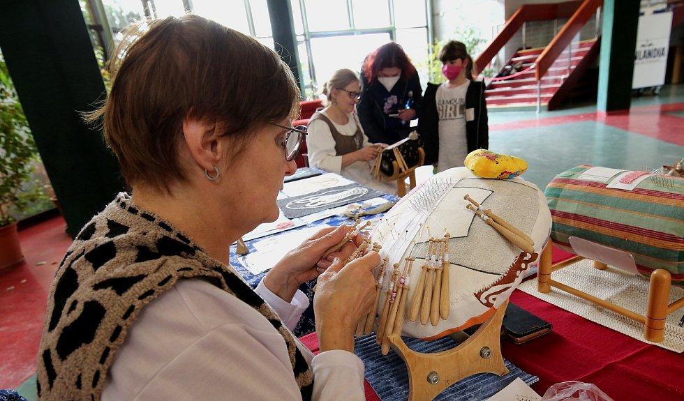 Atrium kulturního domu v Litoměřicích ožilo v sobotu dopoledne Májovým řemeslným jarmarkem.