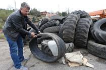 VEDOUCÍ VÝROBY litoměřického provozu Správy a údržby silnic Ústeckého kraje Vlastimil Filous ukazuje na hromadu pneumatik od nákladních automobilů a traktorů, které pracovníci přivezli po sběru odpadů od silnic. Zajistit jejich likvidaci je složité.