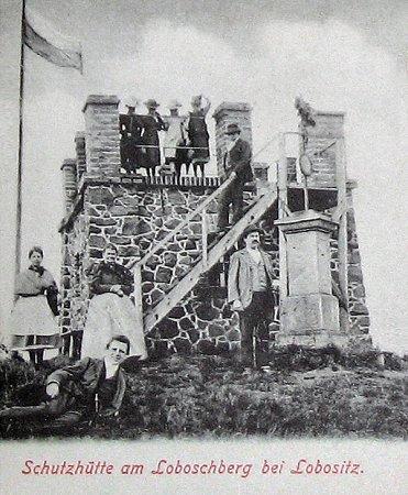 HISTORIE. Bývalá rozhledna na Lovoši, zníž dodnes na vrcholku zbylo jen torzo, na fotografii zroku 1892.