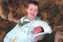 Anetě a Alešovi Laubovým z Bohušovic nad Ohří se v litoměřické porodnici 21. ledna v 11.20 hodin narodil syn Dominik. Vážil 3,80 kg a měřil 53 cm. Na snímku s bráškou Alešem. Blahopřejeme!