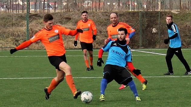 Fotbalisté Štětí (v modrém) zvítězili v zimní přípravě v Roudnici 3:0. Foto: Deník/Ladislav Pokorný