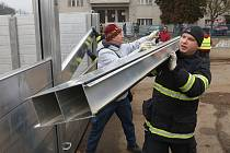 Nácvik stavby protipovodňových opatření v Terezíně.