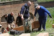 Členové klubu vojenské historie z Terezína postavili spojovací dřevěný mostek mezi pevnostními valy.