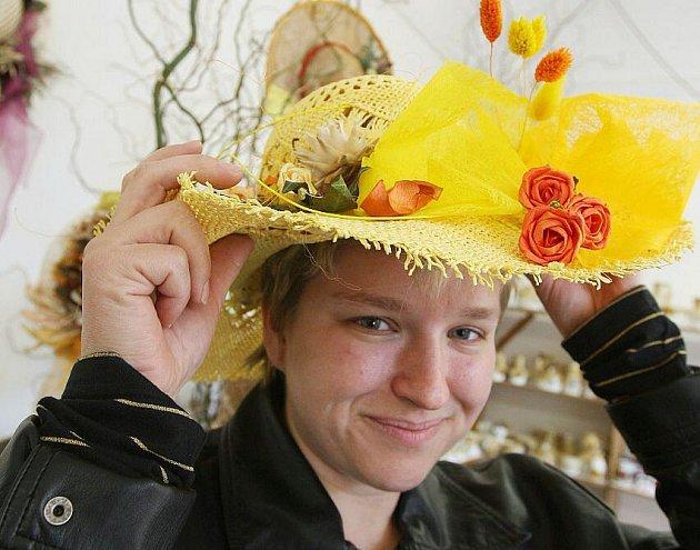 PAVILON G na Tržnici Zahrady Čech patřil soutěžní přehlídce klobouků zdobených sušeným rostlinným materiálem.  Do soutěže je jich přihlášeno 150. O nejlepších pracích nebude tentokrát rozhodovat porota, ale návštěvníci.