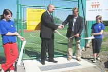 Jan Vyskočil, koordinátor celostátních projektů Nadace ČEZ (vlevo), a Václav Bešta, starosta městyse Brozany nad Ohří, při společném přestřižení pásky u vchodu na nové  sportovní Oranžového hřiště.