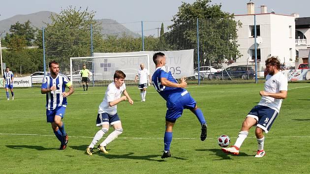 Fotbalisté Roudnice (bílomodří) během zápasu v Dobroměřicích, I. A třída 2019/2020.