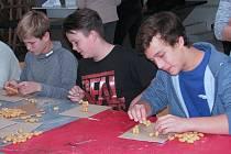 PŘES DVĚ STĚ žáků osmých a devátých tříd navštívilo den otevřených dveří VOŠ obalové techniky a střední školu ve Štětí. Shlédli ovládání robota Artíka a pokusy s elektrotechnikou, zapojili se do práce s 3D grafikou a tvořili předměty.