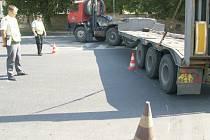 ZKOUŠKA. Jednou z obav policie a ŘSD je, že se nákladní auta v malém průměru křižovatky nevytočí. To zkouška nepotvrdila.