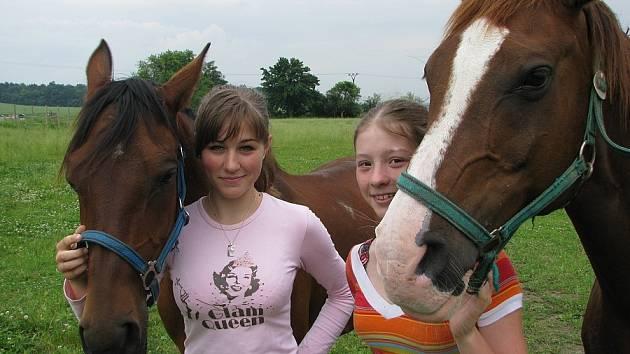 JEZDKYNĚ. Úspěšnou jezdkyni liběšického týmu Markétu Terberovou (vlevo) následuje v úspěších její mladší sestra Tereza.