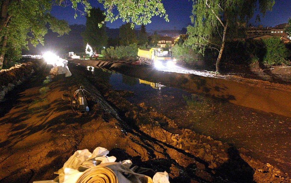 Lovosice před půlnocí - snaha hasičů a pracovníků odborné firmy udržet protipovodňovou zeď u Lovochemie nepropustnou