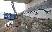 Nestabilní území pod mosty na D8 zpevňují dělníci pryskyřicí
