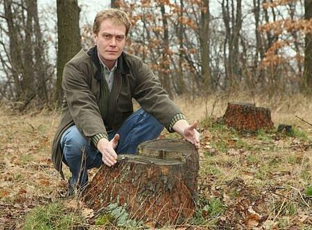 Starosta Prackovic nad Labem Bohuslav Dbalý náhodnou kontrolou lesa zjistil, že v dubině, chráněném lokálním biocentru, zbyly po nájezdu zlodějů dřeva jen pařezy.