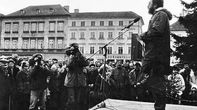 Zdeněk Bátra hovoří na Mírovém náměstí v Litoměřicích