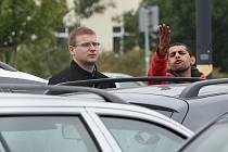 Jednomu z Romů se přítomnost fotografa před Intersparem vůbec nelíbila. Poté, co byla celá skupina legitimována strážníky Městské policie Litoměřice, odjela z místa pryč.
